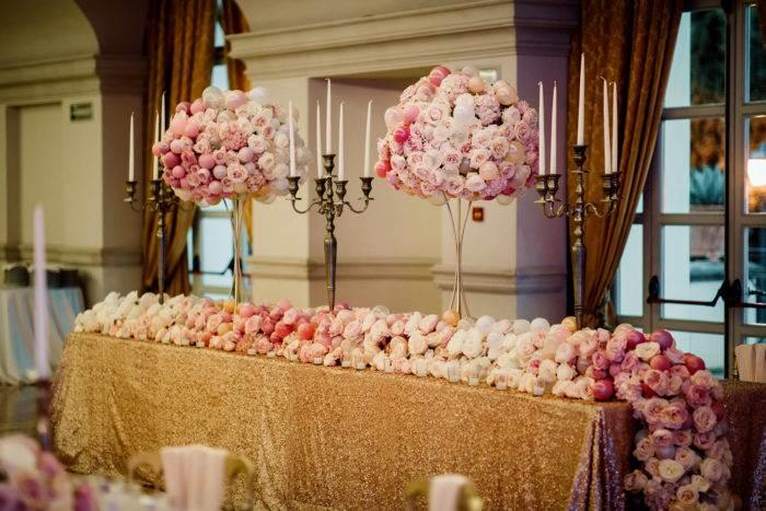 particolare del tavolo con fiori