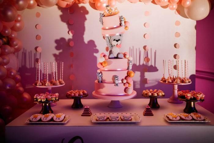 Allestimento tavolo con torta